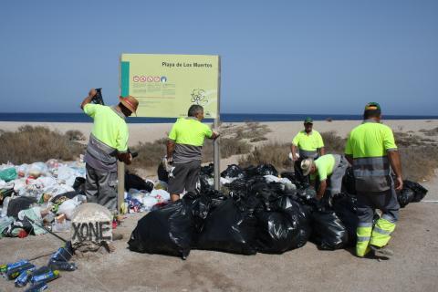 19-07-13 Ayto Carboneras-Limpieza Playa de los Muertos